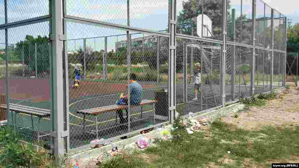 Sport meydançığında balalar futbol oynay