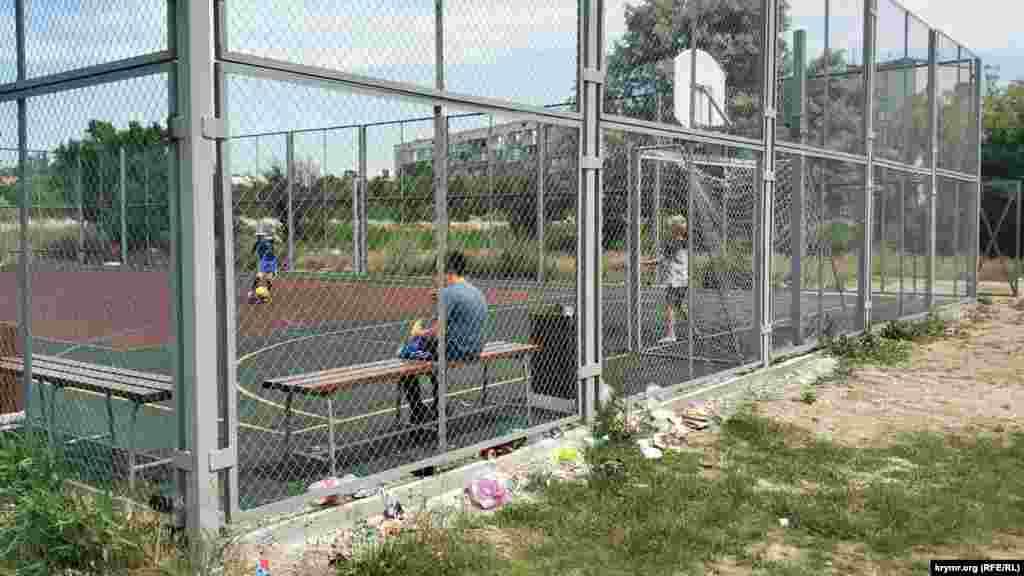 На спортплощадке дети играют в футбол