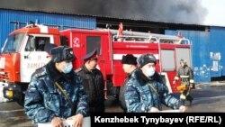Полицейские оцепили прилегающую к месту пожара территорию. Алматы, 17 ноября 2013 года.