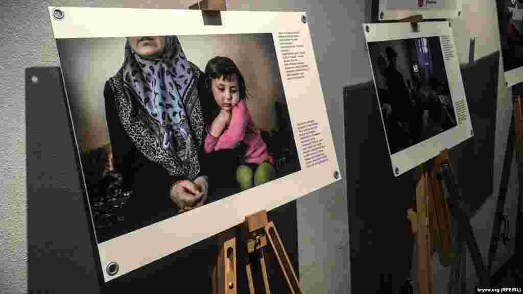 В Крымском доме в Киеве открылась выставка фотокорреспондента проекта Крым.Реалии Алины Смутко, на которой представлены около тридцати работ, рассказывающих о жизни в аннексированном Крыму