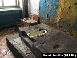 Общий туалет в бывшем общежитии по улице Покатилова, 69/1. Уральск, 29 марта 2018 года.
