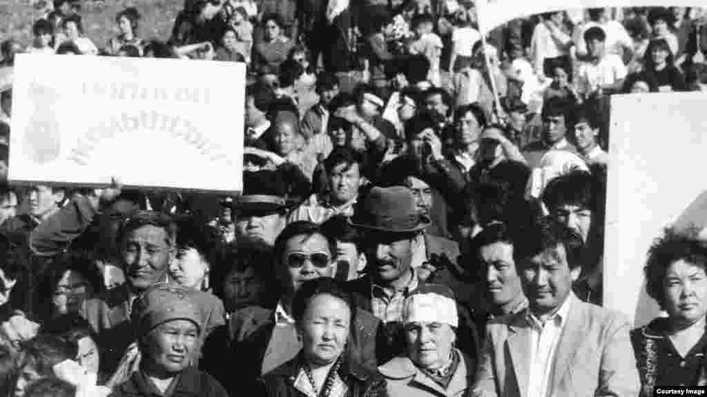"""""""Невада - Семей"""" антиядролық қозғалысының Қарауыл төбе етегінде өткізілген митингілерінің бірі."""
