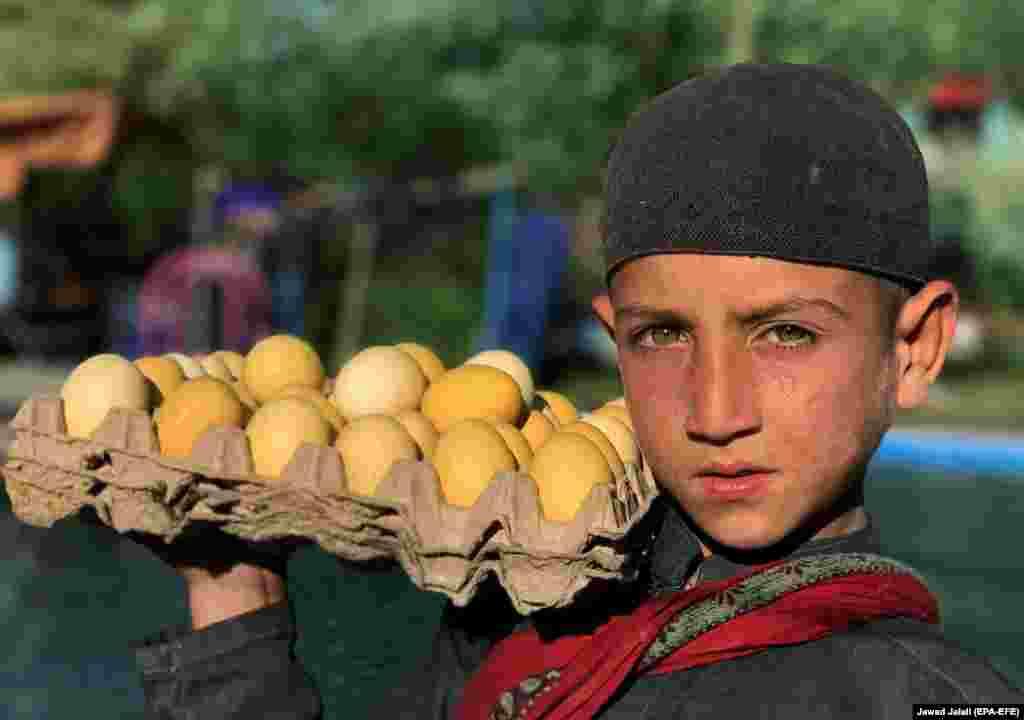 Аўганскі хлопчык - прадавец яек у Кабуле.EPA-EFE/JAWAD JALALI