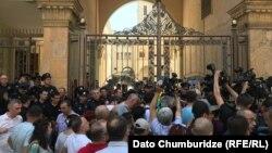 Протестные акции оппозиции и ее сторонников у здания парламента продолжаются