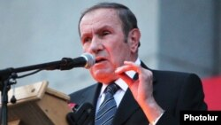 Armenia -- Opposition leader Levon Ter-Petrosian addresses thousands of supporters rallying in Yerevan, 23Sep2011.