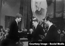 Dmitri Șostakovici și pianistul Van Cliburn în 1958