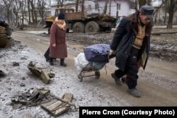 Местные жители бегут из своих домов после того, как сепаратисты, которых поддерживает Россия, захватили контроль над городом