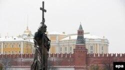 Памятник князю Владимиру на фоне башни Кремля. Москва, 3 ноября 2016 года.