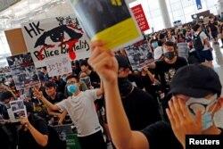 Demonstranti na aerodromu u Hong Kongu sa parolama protiv policijske brutalnosti
