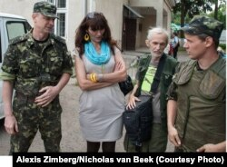 Волонтери Фонду «Відкритий діалог» передають гуманітарну допомогу солдатам Національної гвардії України (фото: Лєшек Імельський)