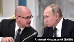 Заместитель главы президентской администрации Сергей Кириенко совещается с президентом РФ Владимиром Путиным