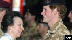 (архівна фотографія) Принцеса Анна вручає медаль за службу в Афганістані принцу Гаррі
