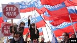 "Кремль яклы ""Яшь Русия"" хәрәкәте әгъзалары Мәскәүдәге АКШ илчелеге янында"