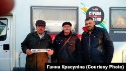 Валеры Валажонак (у цэнтры) і блогер Сяргей Ціханоўскі, фота АГП