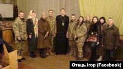 Отець Ігор із військовими і волонтерами