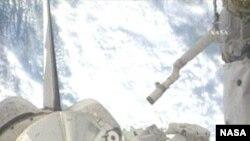 Астронавты работают в грузовом отсеке шаттла Endeavour