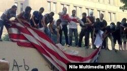 Protestçiler ABŞ-nyň Kairdaky ilçihanasyny gabadylar, 11-nji sentýabr, 2012