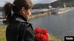 A woman mourns during memorial ceremonies to commemorate the 10th anniversary of the Kursk disaster in the submarine's home base of Vidyayevo on August 12, 2010.