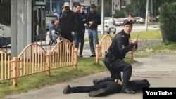 Убитый Артур Гаджиев с сидящим на нем полицейским