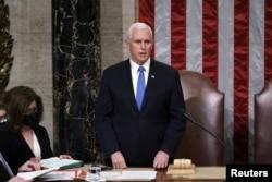 АКШнын вице-президенти, бир эле учурда Сенаттын төрагасы, республикачы Майк Пенс Шайлоочулар коллегиясынын бүтүмү тастыкталган күбөлөндүрмөнү окууда. 2021-жылдын 7-январы.