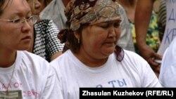 """Одна из участниц голодовки дольщиков с надписью на футболке """"Где ты, Нур Отан"""". Астана, 19 июля 2010 года."""