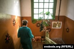 «Гэта лепшы дом на Грушаўцы», кажуць жыхары бараку па Папаніна, 13. Тут ужо даўно ўсталяваныя ванныя пакоі і прыбіральні