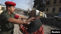Полициячы демонстрантты Тахрир аянтына өткөрбөй жатат. Каир. 3-февраль, 2011