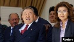 Президент Казахстана Нурсултан Наарбаев (слева) и его дочь Дарига, вице-премьер правительства, на праздновании Дня единства народа Казахстана в Алматы. 1 мая 2016 года