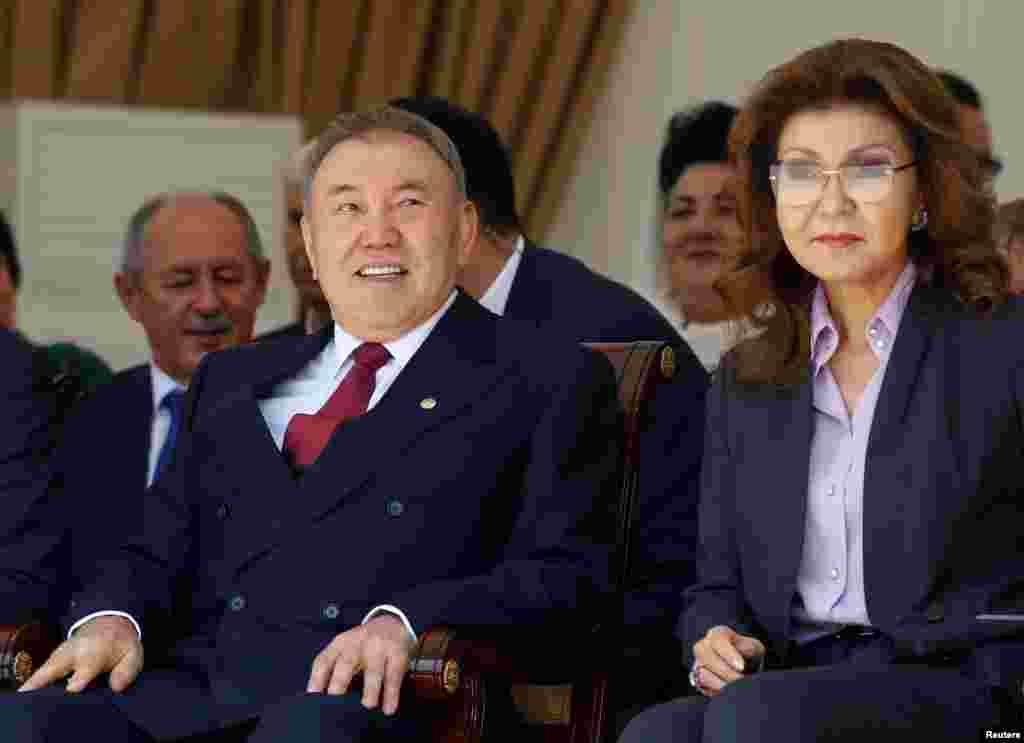 В рассуждениях о возможном преемнике Нурсултана Назарбаева, руководящего страной с советских времен, некоторые эксперты называют имя его старшей дочери. В июне 2016 года на экономическом форуме в Санкт-Петербурге Назарбаев в ответ на вопрос журналиста о том, может ли женщина в будущем возглавить Казахстан, ответил утвердительно. «Гендерная политика развивается нормально. <...>... Это вполне возможно, тем более есть такие подготовленные женщины. Учитывая, что у меня три дочери, у меня к женщинам особое отношение», - сказал Назарбаев. Присутствовавший на форуме президент России Владимир Путин заявил, что знаком с некоторыми из таких «подготовленных женщин». На фото: президент Казахстана Нурсултан Назарбаев с дочерью Даригой. Алматы, 1 мая 2016 года.