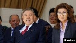 Дариға Назарбаева (сол жақта) әкесі президент Нұрсұлтан Назарбаевпен. Алматы, 1 мамыр 2016 жыл