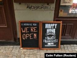 """""""Мы открыты!"""" – рекламная доска около бара в центре Стокгольма, 27 марта 2020 года"""