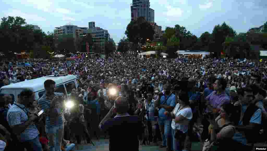 Вечером 30 июля на площади Свободы в Ереване начался митинг оппозиции. В нем участвовали около двух тысяч человек
