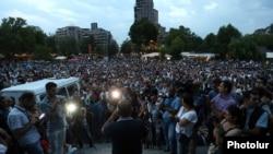 Демонстрация в центре Еревана в поддержку вооруженной группы «Сасна црер», захватившей здание полиции. 30 июля 2016 года.