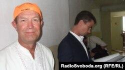 Василь Любарець (л) під час розгляду своєї справи в суді, 22 липня 2013 року