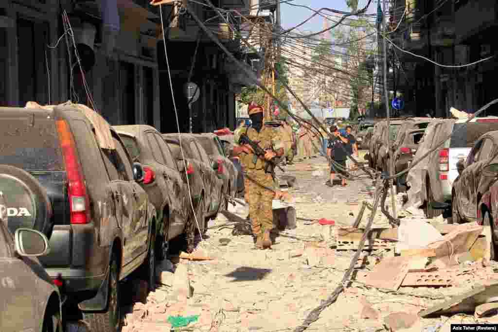 Ліванський військовий патрулює вулиці Бейрута, 5 серпня. У місті тривають пошукові та рятувальні роботи. У Червоному Хресті повідомили, що число жертв може зрости, бо багато людей залишаються під завалами. 5 серпня офіційно оголошене днем жалоби у Лівані