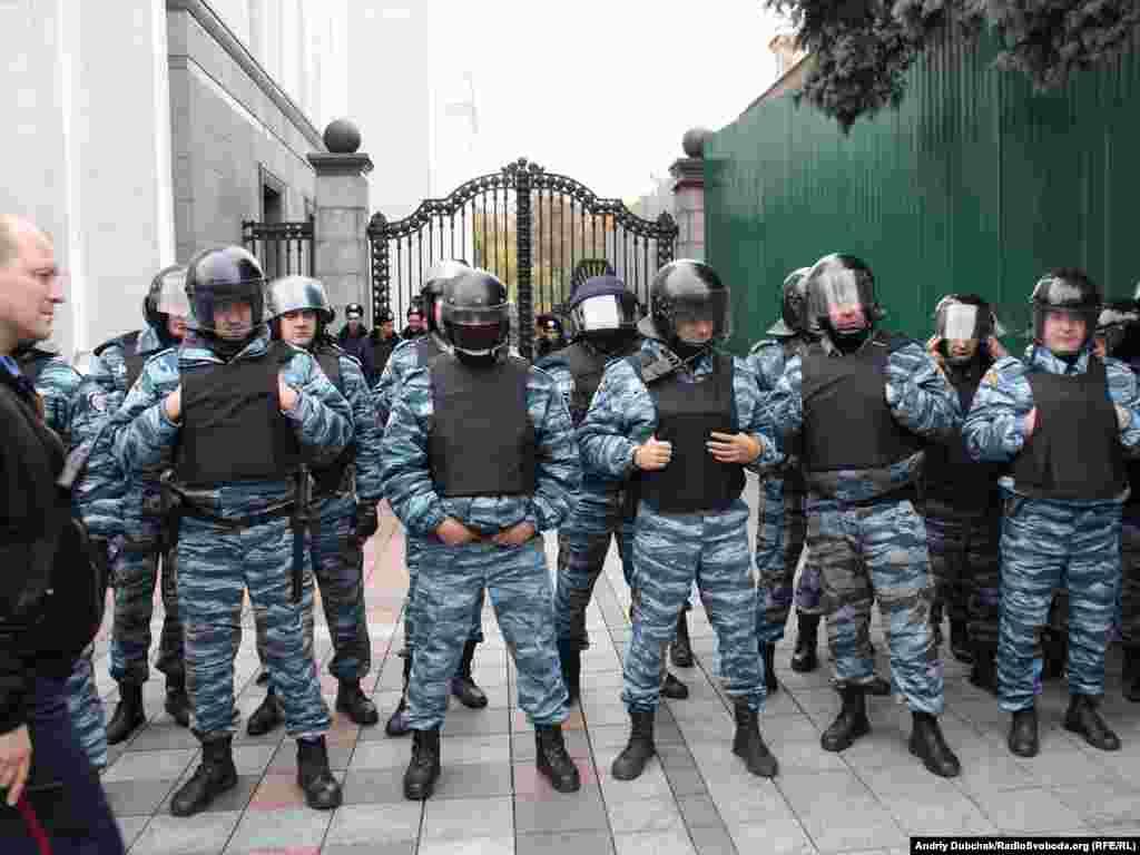 Мітынг чарнобыльцаў каля Вярхоўнай Рады Ўкраіны, агароджа, міліцыя