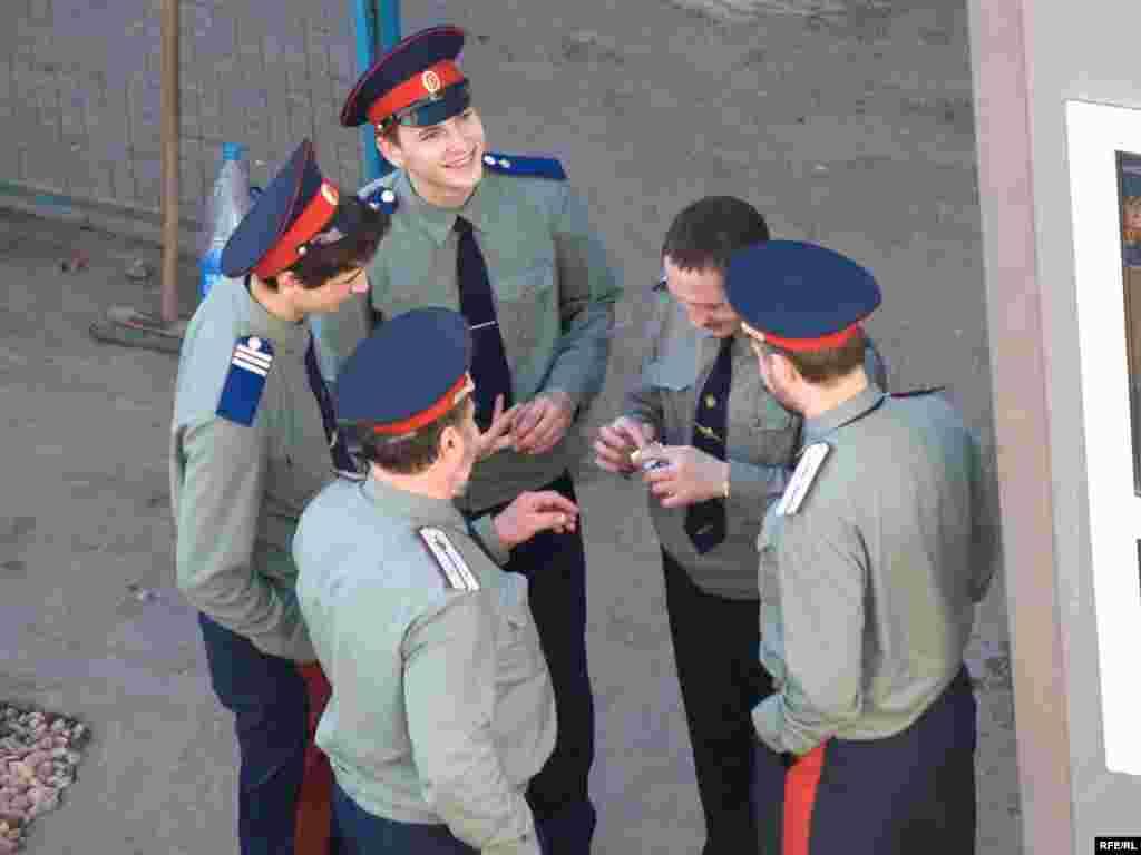 """""""Казаки"""" с прессой не общались, снимать их пришлось из окна корпуса РГГУ"""