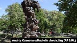 Пам'ятник у центрі Луганська. Напис: «Жителям Луганщины, павшим от рук карателей-националистов из ОУН-УПА»