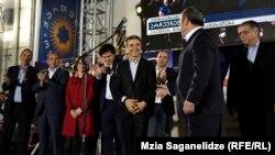 Миллиардер-саясатчы Бидзина Иванишвили азыркы премьер-министр менен кошо сахнага чыкты.