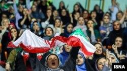 علی کریمی میگوید این خواسته میلیونها زن هوادار است که دوست دارند مسابقات فوتبال و دیگر ورزشها را از نزدیک ببینند