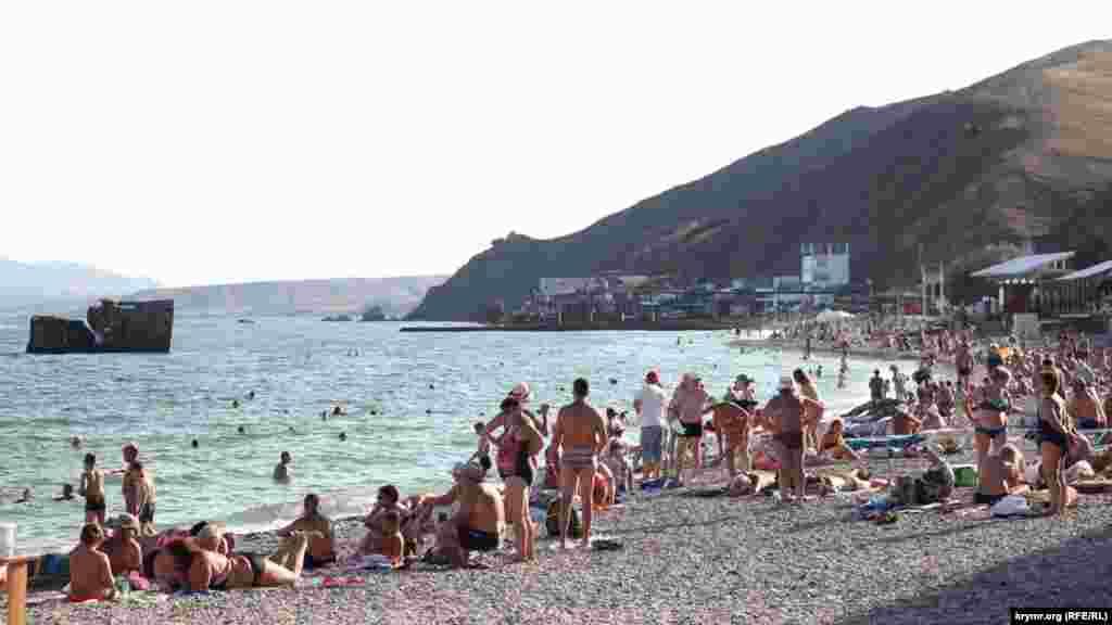 Пляж у Курортному багатолюдний навіть під час заходу сонця