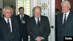 Президент Украины Леонид Кравчук, президент Беларуси Станислав Шушкевич и президент России Борис Ельцин после подписания соглашения о создании СНГ. Минск, 1991 год.