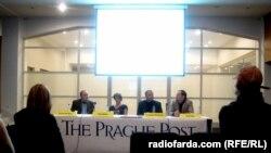 میزگرد «آیا کتاب مرده است؟» در پراگ، ۱۸ نوامبر ۲۰۱۰. از راست به چپ: دیوید شورف، داگلاس شیلدز دیکس، پترا هولُوا، و هاورد سیدنبرگ. عکس از رادیو فردا