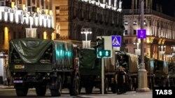 Автомобили с сотрудниками ОМОНа на проспекте Независимости во время протестов против результатов выборов президента Беларуси. Минск, 10 августа 2020 года.