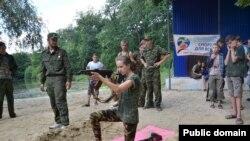 Вогнева підготовка у таборі «Лісові простори» на території, що підконтрольна угрупованню «ЛНР»