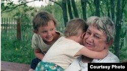 Марина Салье с внучатыми племянницами, 2002