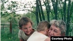 Марина Салье с внучатыми племянницами, 2002 г.