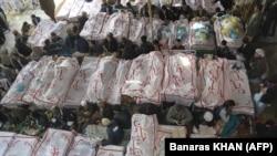 Кветтадағы шиит мұсылмандар жарылыстан қаза тапқандармен қоштасып жатыр. Пәкістан, 18 ақпан 2013 жыл.