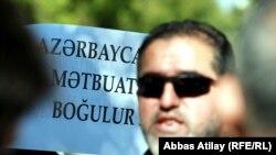 """Bir qrup jurnalistin """"Qasid"""" qarşısındakı aksiyası"""