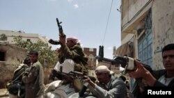 Ал-Ахмарды колдогон уруулардын согушчандары ал-Ахмардын Санаадагы үйүнө жакын жерде күзөттө. 6-июнь 2011